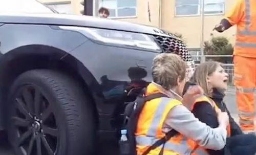 Žurila kolima do škole i uletela među protestante: Kada je udarila dvoje, nastala je drama (VIDEO)