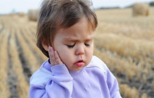 Bol u uhu kod DECE: Koji su simptomi i kada se treba javiti LEKARU?