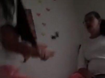 Skandal koji je potresao celu zemlju: Ćerka UDARA majku i urla na nju dok drugarice snimaju (VIDEO)