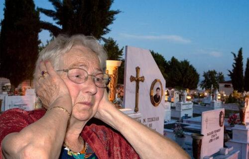 """""""Svaki dan idem na groblje, a oni vide, mahnu i prođu"""": BAKA stopirala na putu, pa RASPLAKALA celu zemlju"""