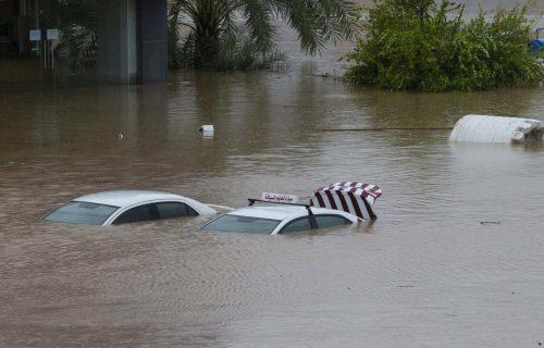 Dete odnela voda, radnike ubilo klizište dok su bili u kući: Najmanje tri žrtve ciklona u Omanu (FOTO)