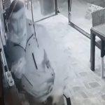 Lopov UHVAĆEN na delu: Jeo u beogradskom fast fudu, pa uzeo tuđi novčanik - kamera zabeležila SVE (VIDEO)