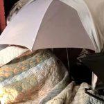 Žena sa slomljenim kukom DEVET SATI čekala lekare na kiši: Umesto da reaguju, uputili su skandalozne reči