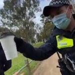 """Javnost osudila ovakvo ponašanje: Policajac uzeo čoveku kafu da proveri """"ima li razloga"""" da ne nosi masku"""
