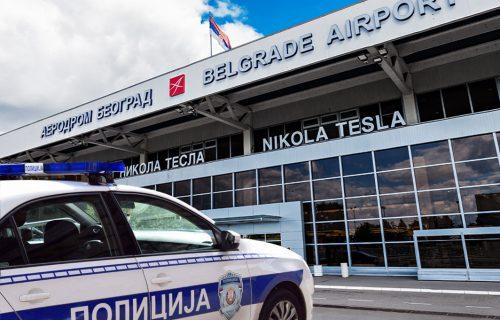 """Kinez u donjem vešu sakrio 40.000 EVRA: Sprečeno krijumčarenje na aerodromu """"Nikola Tesla"""""""