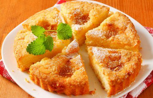 Kao kad su ga BAKE pravile: Domaći kolač od jabuka, s merama na kašiku (RECEPT)