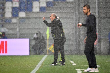 Fudbal je daleko više od igre: Vratio klub u elitu, dobio otkaz, pa se slomio na klupi usred grada (FOTO)