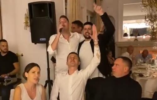 Grobarski kafanizam na delu: Saša Ilić napravio šou, zapevao i bacio navijače Partizana u ekstazu (VIDEO)