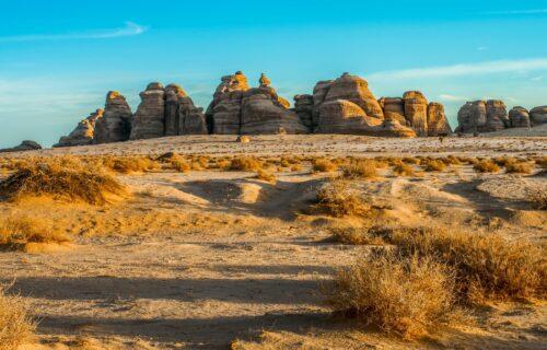 Misterija u Saudijskoj Arabiji: Ova ogromna stena je presečena laserskom preciznošću, ali kako (FOTO)