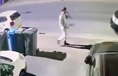 Kamera zabeležila HOROR: Čovek išao ulicom držeći krvavu mačetu, pa počeo da radi nešto UŽASNO (VIDEO)