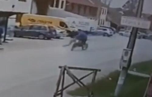 (UZNEMIRUJUĆI VIDEO) Motociklista pokosio ženu kod Čačka: U punoj brzini naleteo na nju nasred ulice