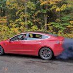 Iz električnog automobila kulja CRNI DIM?! Izgleda zabrinjavajuće, ali nije ono što mislite (VIDEO)