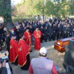 NAJPOTRESNIJI PRIZOR na sahrani: Marka Živića položili u grob uz ovu PESMU, okupljeni u suzama (VIDEO)